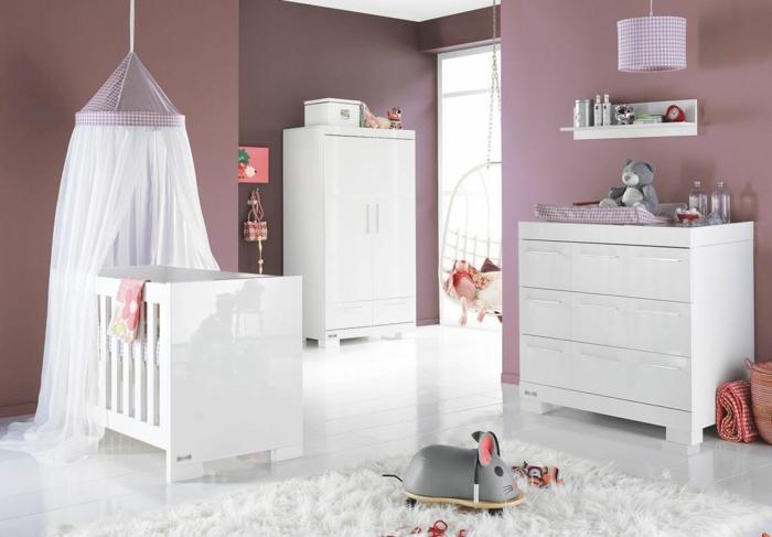 kokettes-Kinderzimmer-lila-Wände-weiße-Möbel-Babybett-Baldachin-Kommode-Kleiderschrank-Spielzeuge