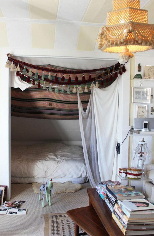 kreative-Schlafzimmer-Gestaltung-Boho-Stil-Dekoration-Quasten-fantastischer-Kronleuchter-Dekoration