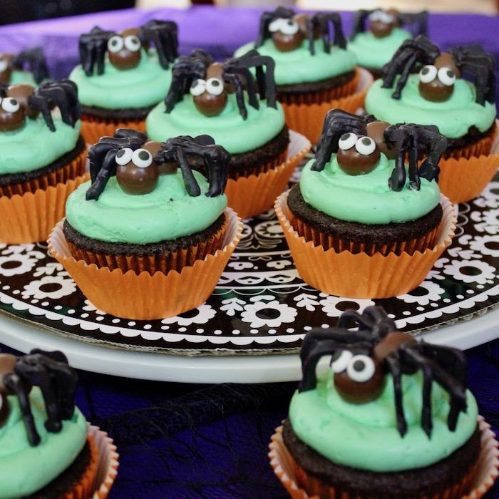 kreative backideen cupcakes grüner zuckerguss halloween snack ideen spinnen schokolad desserts für kinderparty backen