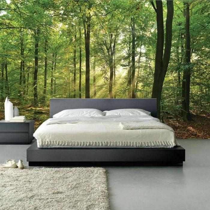 kretive-Idee-Wohnzimmer-Fototapete-Wald-großes-Bett-minimalistische-Einrichtung