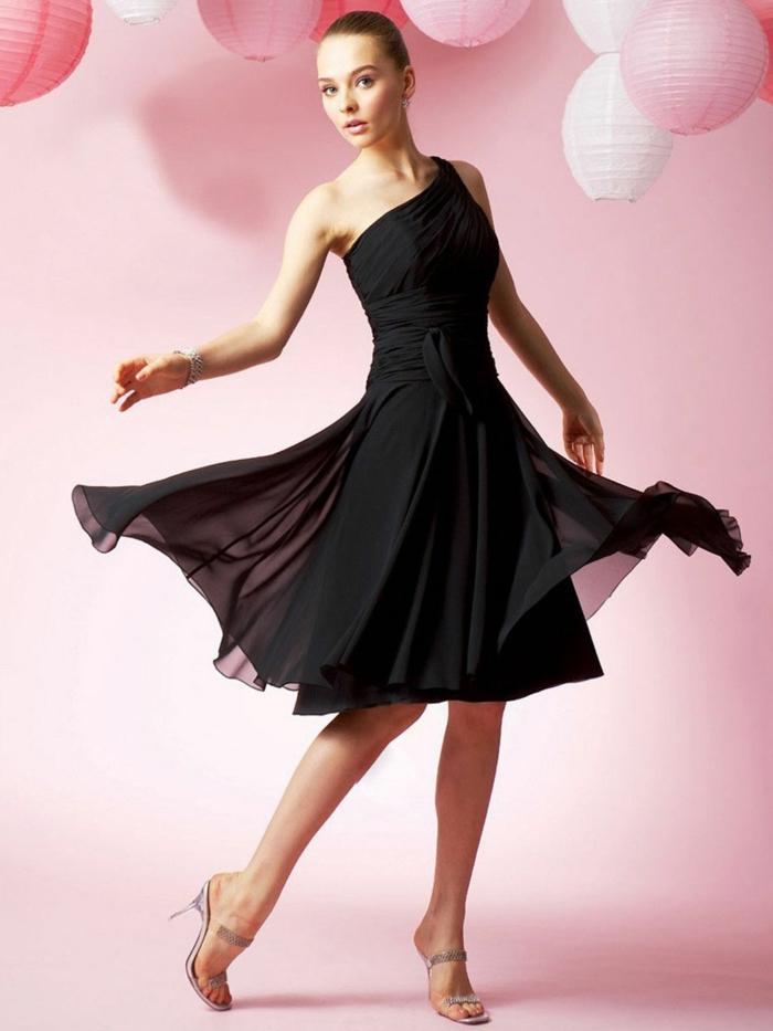 kurze-abendkleider-schwarzes-modell-rosiger-hintergrund