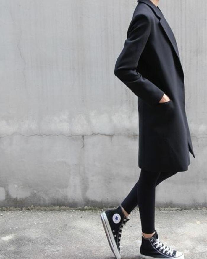langes-Modell-Mantel-Damen-schwarz-baseball-Schuhe-extravagante-Kombination-Straßenmode