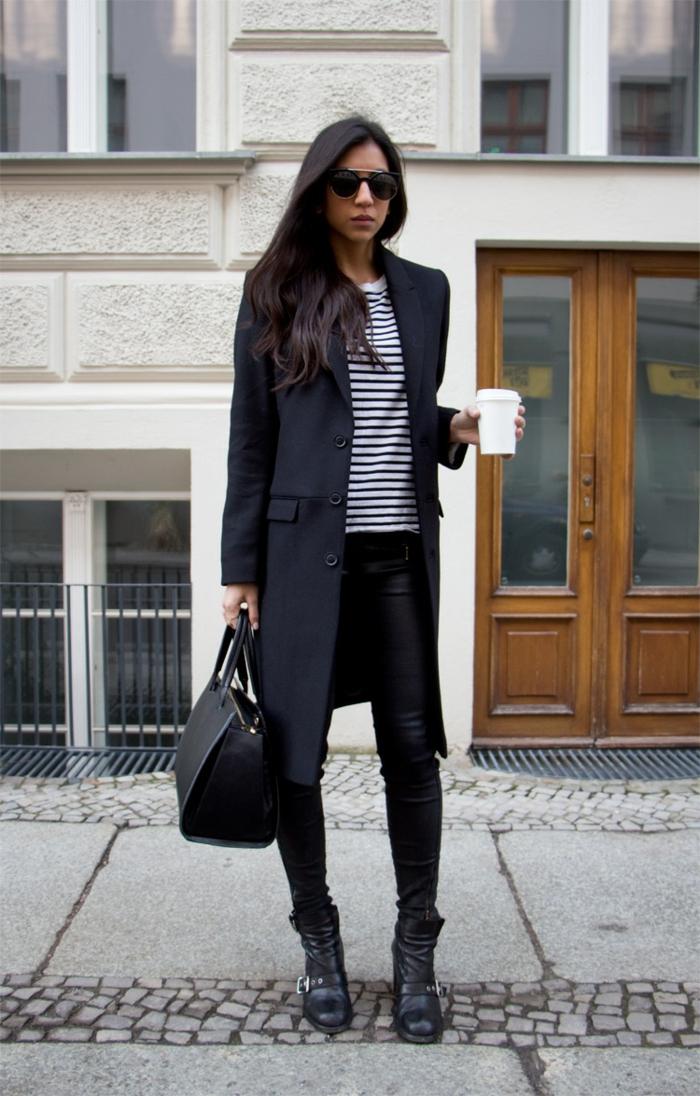 langes-Modell-Wintermantel-Damen-schwarz-klassisch-Bluse-Streifen-Lederhosen-Kaffee-Becher