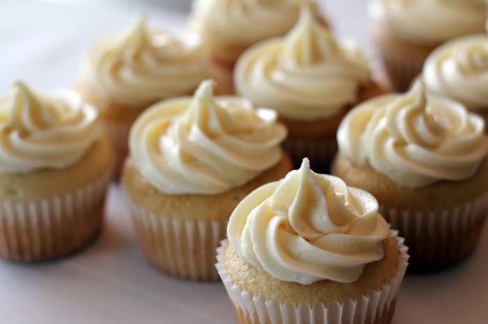 leckere-Cupcakes-Vanille-Buttercreme-Süßigkeiten-lecker