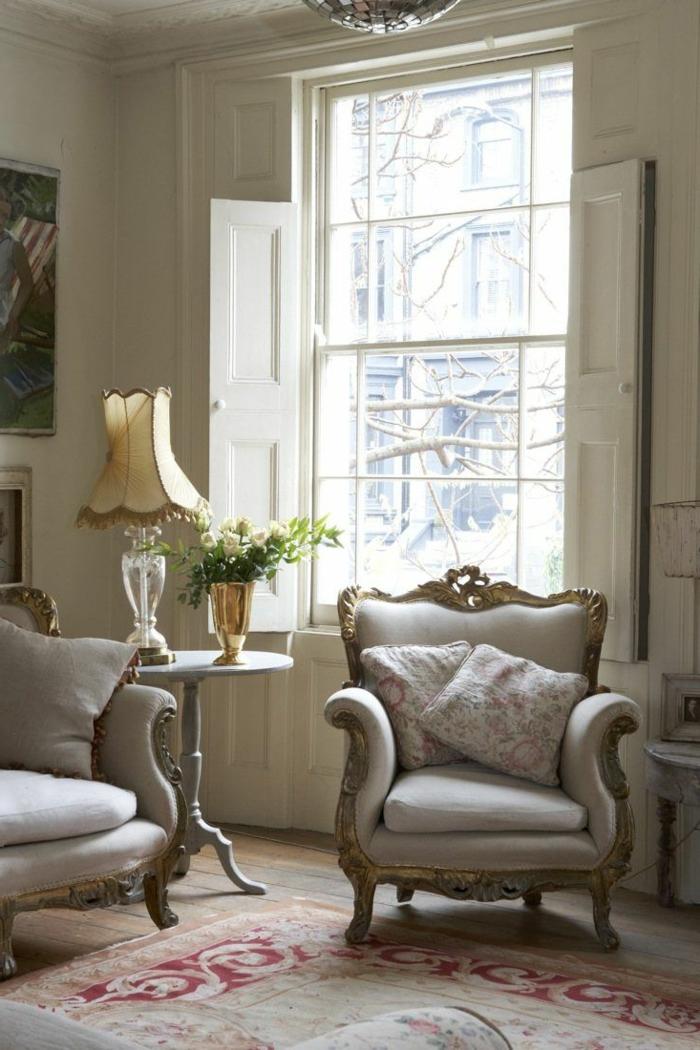 luxuriöse-Wohnzimmer-Gestaltung-Barock-Sessel-Creme-Farbe-goldener-Rahmen-weißer-Fensterladen