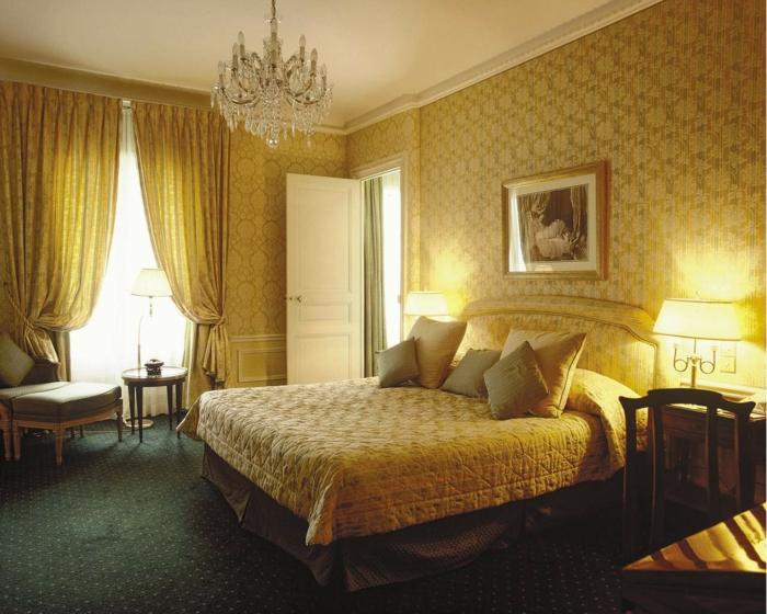 luxuriöses-Schlafzimmer-Interieur-weiche-Farbschemen-aristokratisches-Aussehen-Designer-Tapeten