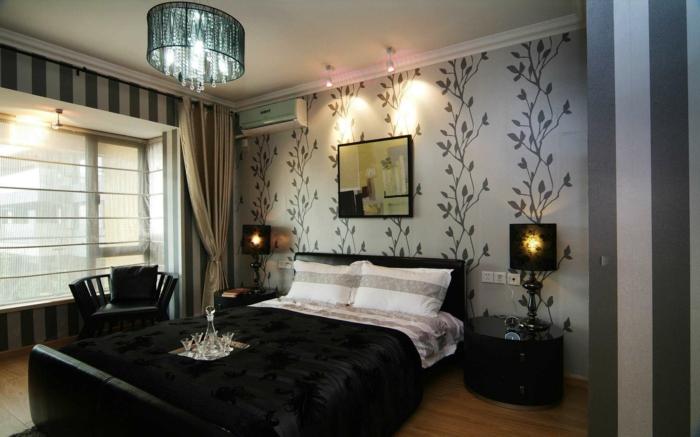 luxuriöses-Schlafzimmer-moderne-Tapeten-Waldmotive-Streifen-graue-Nuancen-Kronleuchter-Kristalle