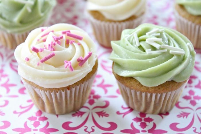 mini-Cupcakes-Vanille-zwei-Farben-Sprinkles