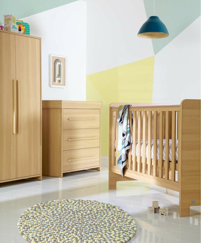 minimalistisch-eingerichtetes-Kinderzimmer-hölzerne-Möbel-schmaler-Kleiderschrank-Kommode-Babybett-blaue-industrielle-Lampe