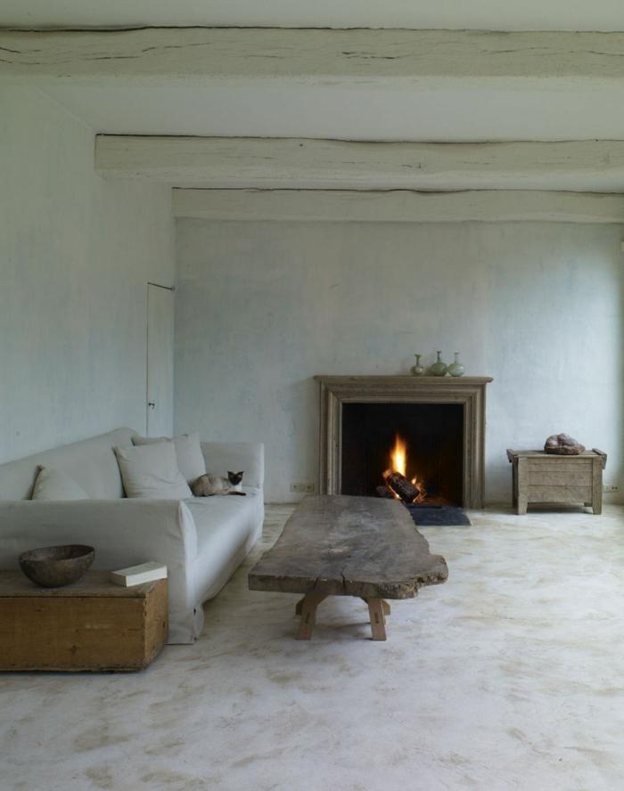 minimalistische-Einrichtung-landhausstil-möbel-Kaffeetisch-weißes-Sofa-Kamin-weiße-Wände