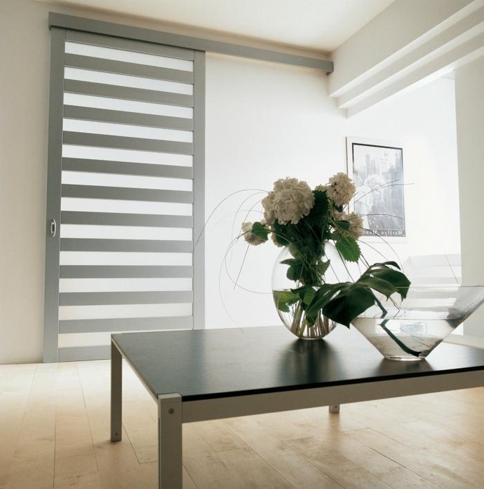 minimalistische-Einrichtung-weiße-Blumen-Tür-modernes-Design-grau-mattes-Glas