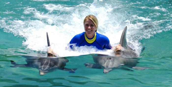 mit-delfinen-schwimmen-ein-mann-ist-glücklich