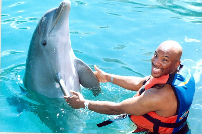 mit-delfinen-schwimmen-ein-mann-ud-ein-delfin