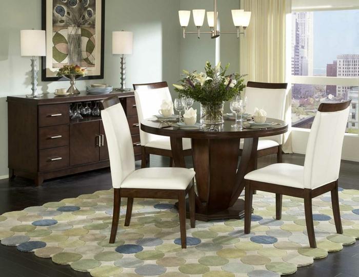 moderne-Esszimmer-Gestaltung-Esstisch-Massivholz-rund-Tischdekoration-weiße-Designer-Stühle-coole-Leuchten