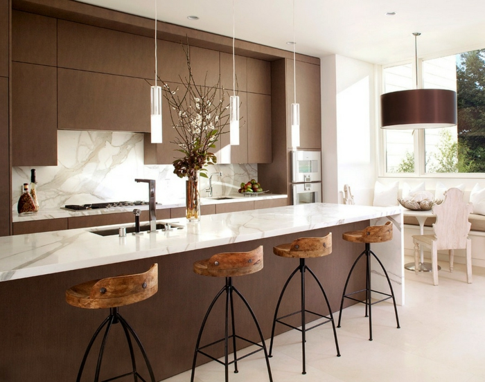 Moderne Küche Weiß Braun Große Leuchte Hocker Landhausstil
