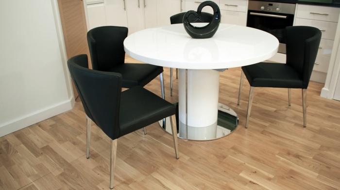 moderne-Möbel-Esstisch-weiß-rund-glänzende-Oberfläche-schwarze-Stühle-Kontrast-moderne-schicke-Vase
