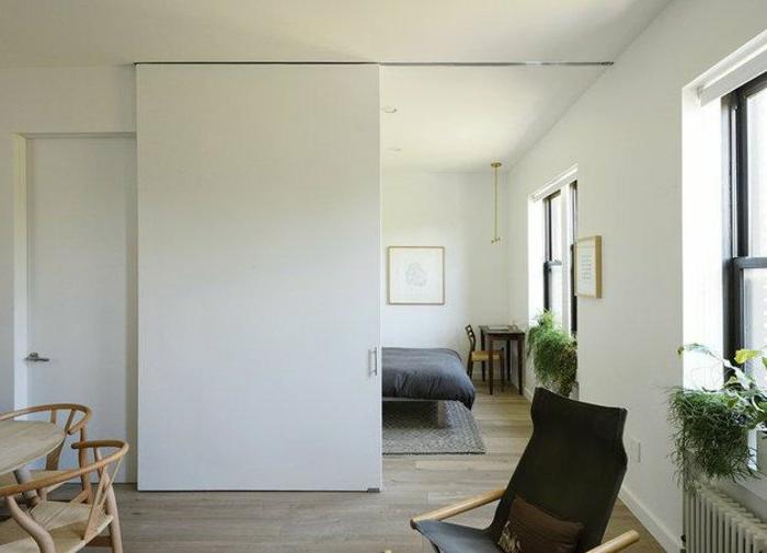 moderne-Wohnung-schlichtes-Design-Raumteiler-weiße-Türen-Wohnzimmer-Schlafzimmer