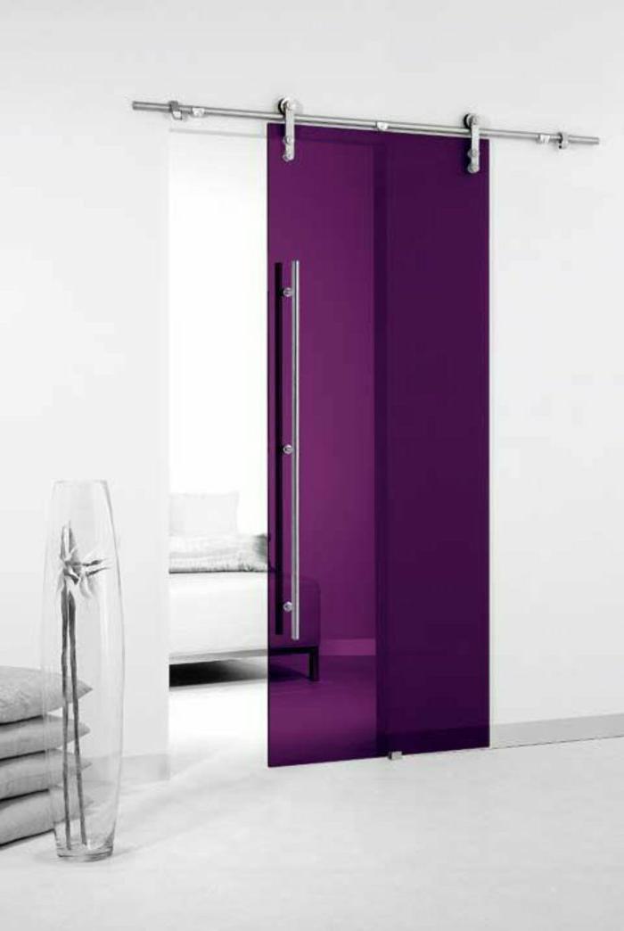 moderne-Wohnung-weißes-Interieur-lila-Glastür-kreativ.innovativ-schick