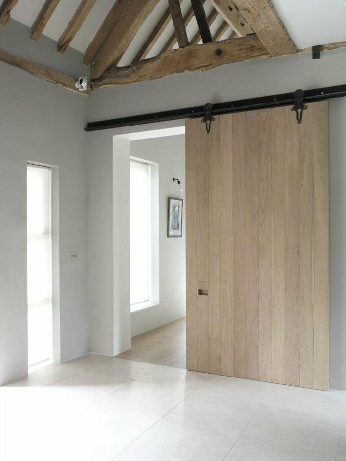 moderne-Wohnung-weißes-Interieur-rustikale-Elemente-hölzerne-Schiebetür