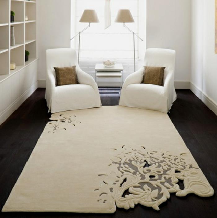 moderne-teppiche-zwei-weiße-sessel