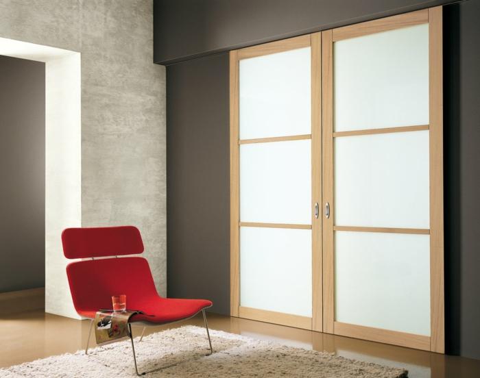 modernes-Interieur-Glastüren-mattes-Glas-flaumiger-Teppich-roter-Designer-Sessel