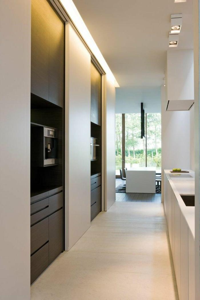modernes-Interieur-minimalistische-Einrichtung-Einbauküche-Esszimmer-Schiebetüren-beige-braun