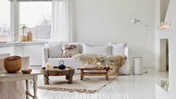 modernes-Interieur-rustikale-Möbel-Landhausstil-weiße-Stehlampe-Nesttische