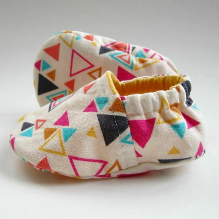 modernes-Modell-Kinder-Hausschuhe-lustiges-Muster-bunt