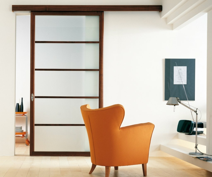 modernes-minimalistisches-Interieur-Leselampe-prange-Sessel-Schiebetür-mattes-Glas-Raumteiler