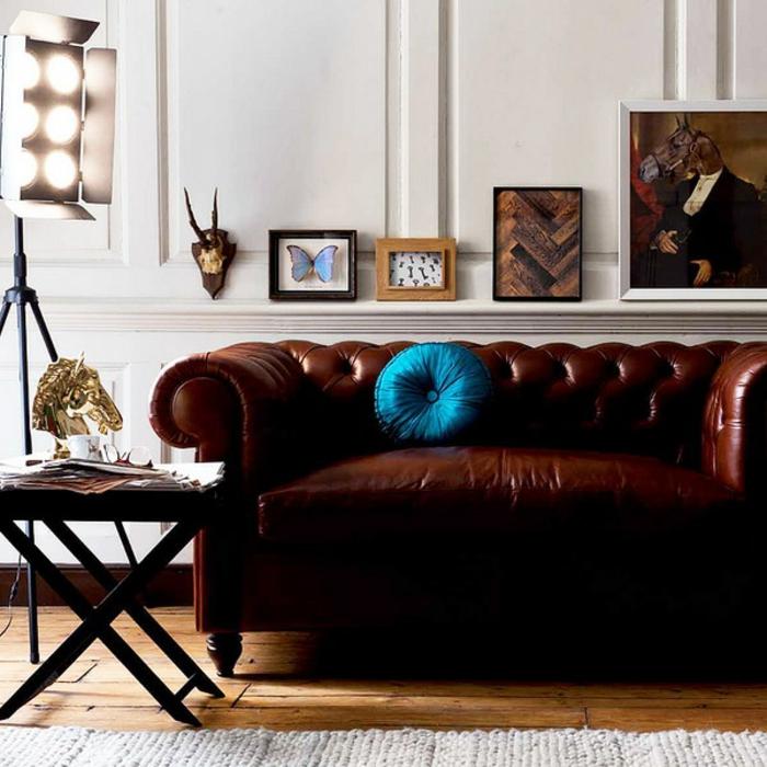 modernes-sofa-und-kissen-in-türkis-farbe