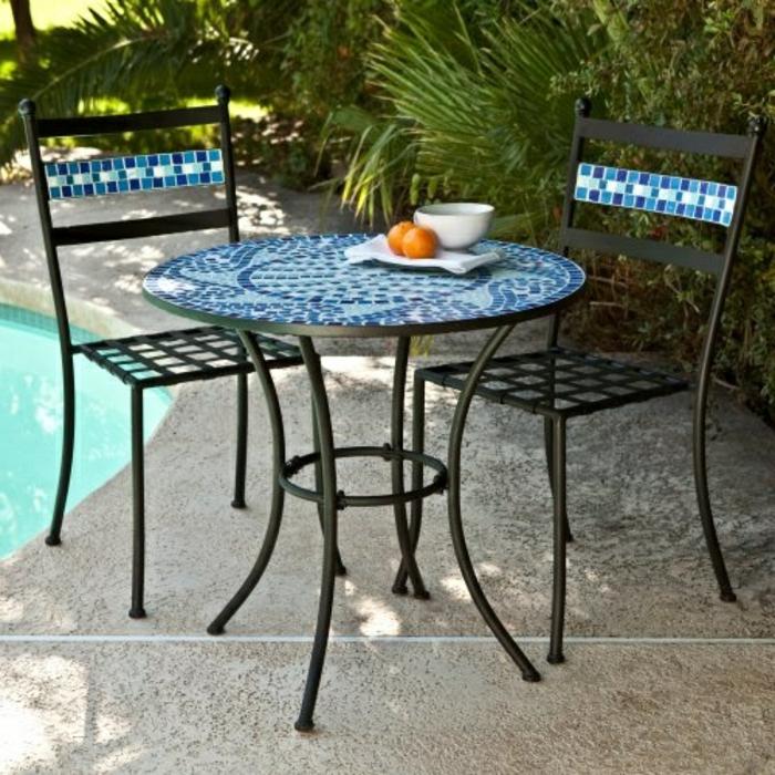 mozaik-Bistro-tisch-mit-stühlen-am-schwimmbad