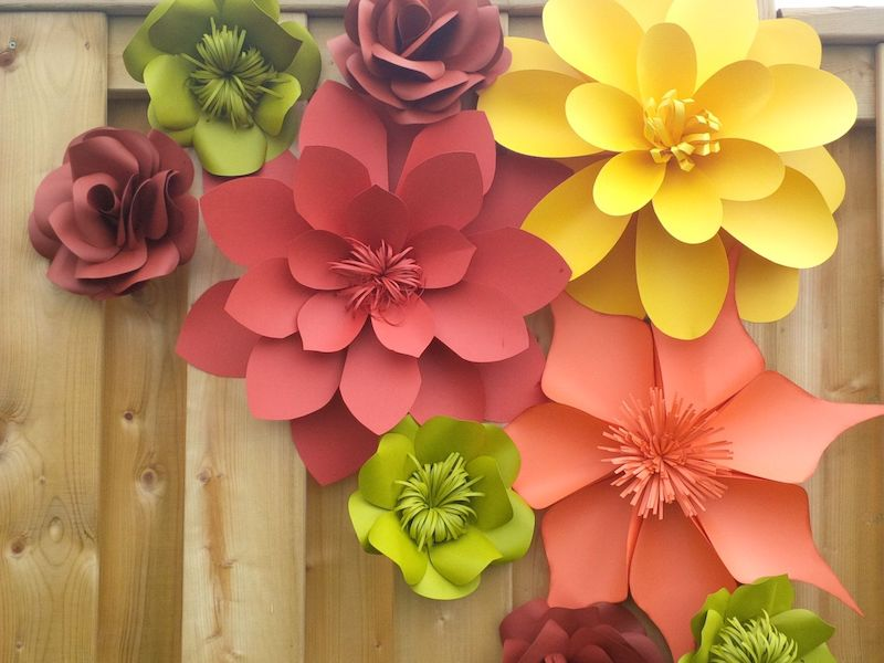 origami blume flach kleine und große papierblumen auf holz