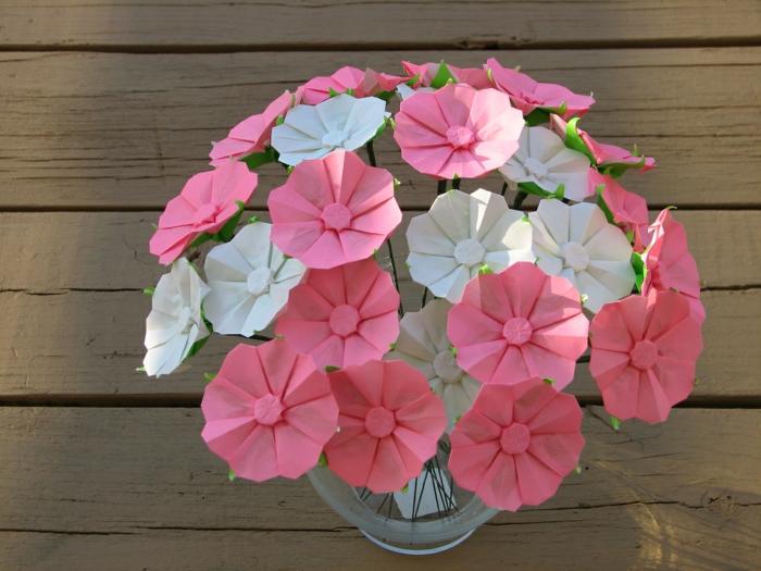 origami-blumen-farbiges-Papier-rosa-weiß-romantisch