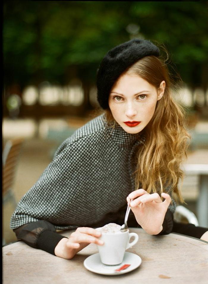 pariser-Schick-Mädchen-schwarzes-Barett-Mütze-Mantel-Kaffeetasse