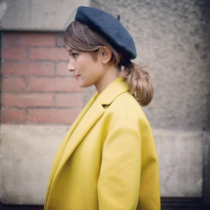 pariser-Schick-Straßenmode-gelber-Mantel-schwarze-französische-Mütze