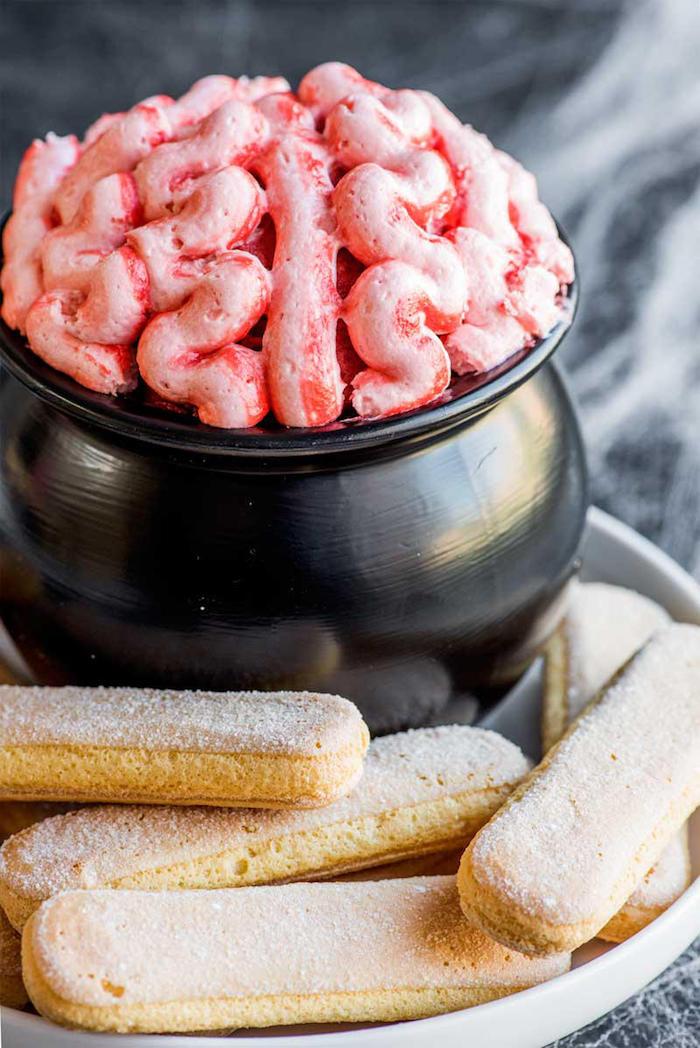 party erwachsene halloween buffet gehirn dip pink mit biscotti frischkäse gruselige ideen party essen