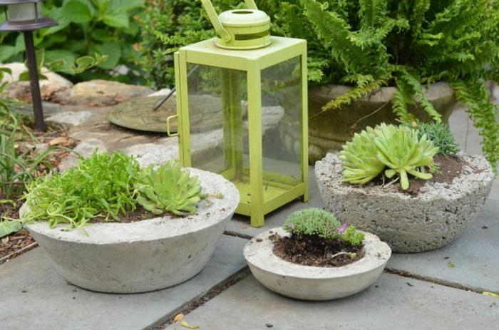 pflanzkübel-aus-beton-grüne-außengestaltung