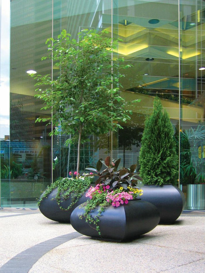 pflanzkübel-aus-beton-grüne-pflanzen