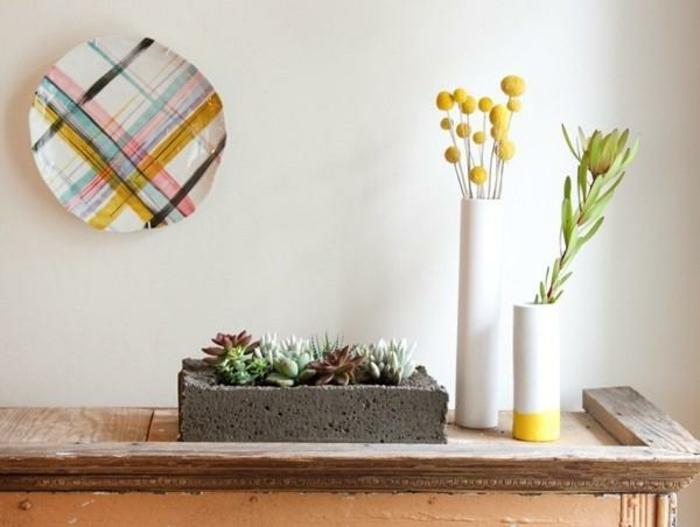 pflanzkübel-aus-beton-weiße-wandgestaltung