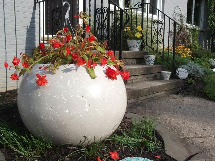 pflanzkübel-aus-beton-weißes-modell-rote-blumen