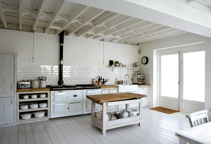 räumliche-Küche-Kochinsel-weißes-Interieur-modern-rustikal-Landhausstil