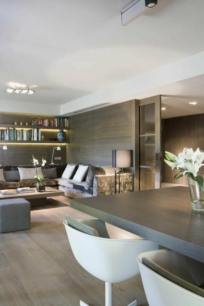 räumliches-Wohnzimmer-moderne-Möbel-bequemes-Sofa-Bücherregale-Blumen-Schiebetür-Holz-Glas