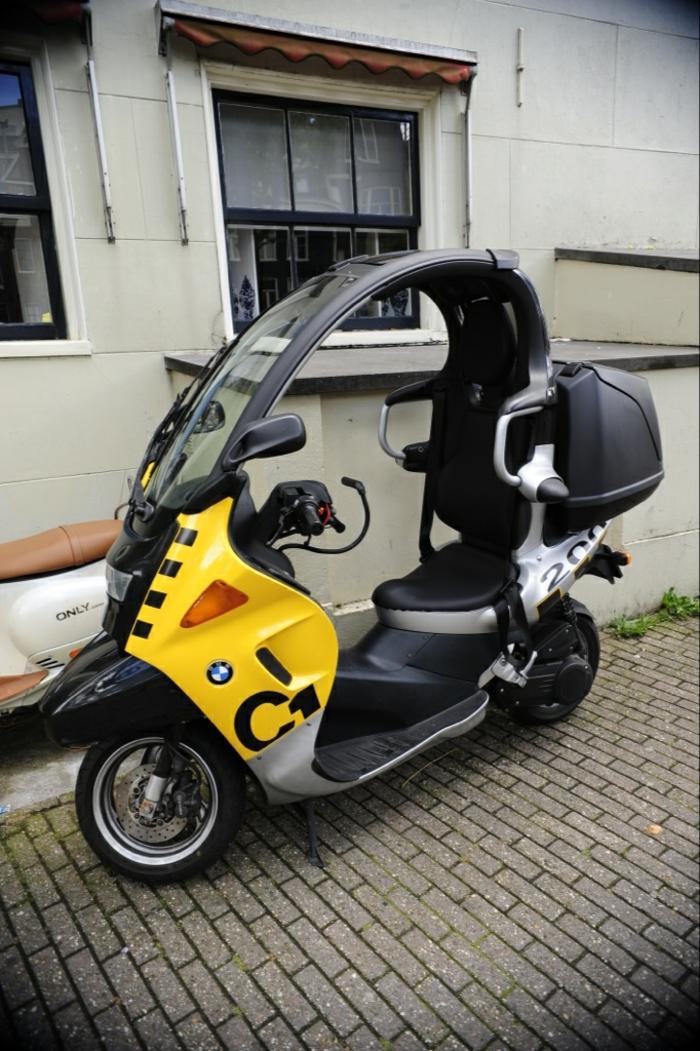 roller-mit-dach-modell-in-schwarz-und-gelb