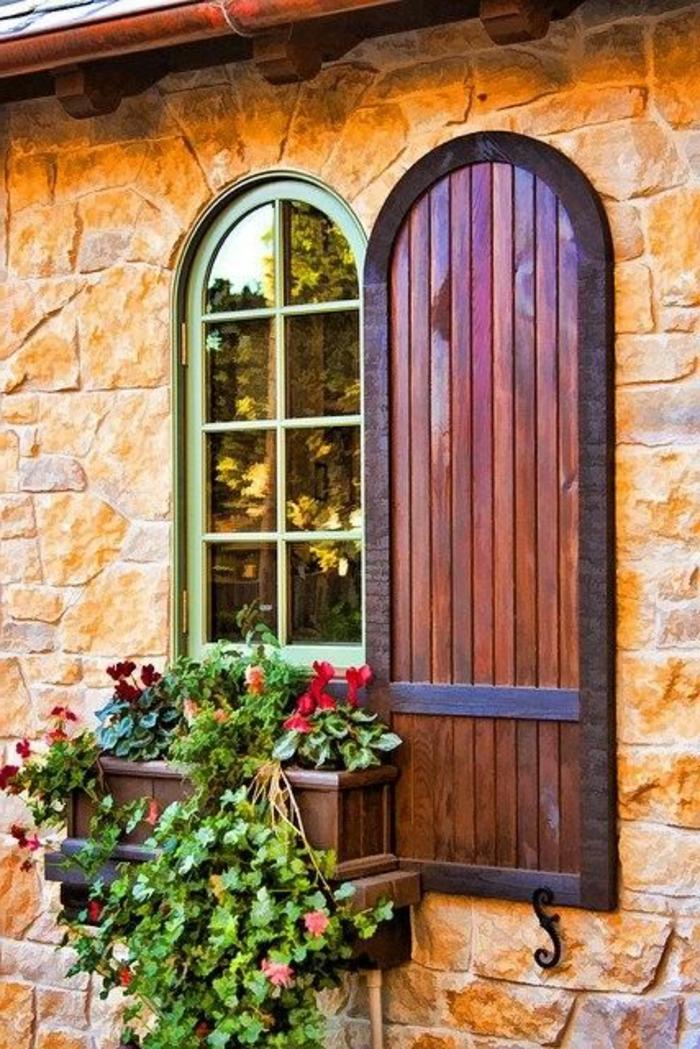 romantisches-Fenster-Blumen-Fensterladen-Holz