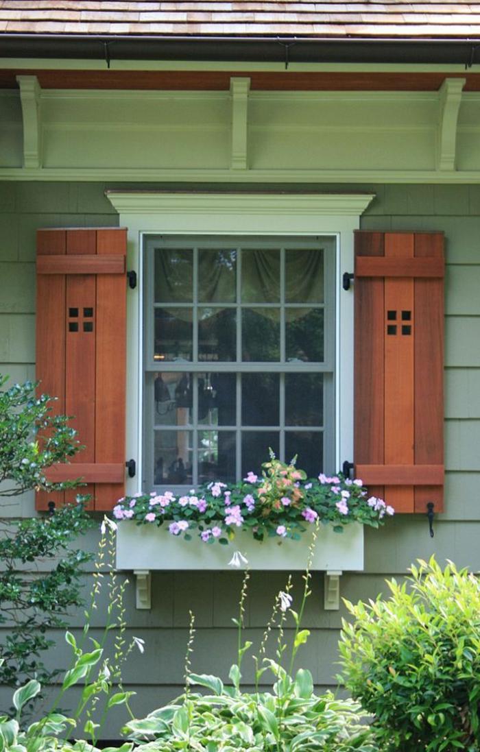 romantisches-Fenster-hölzerne-Läden-Blumentopf-Garten