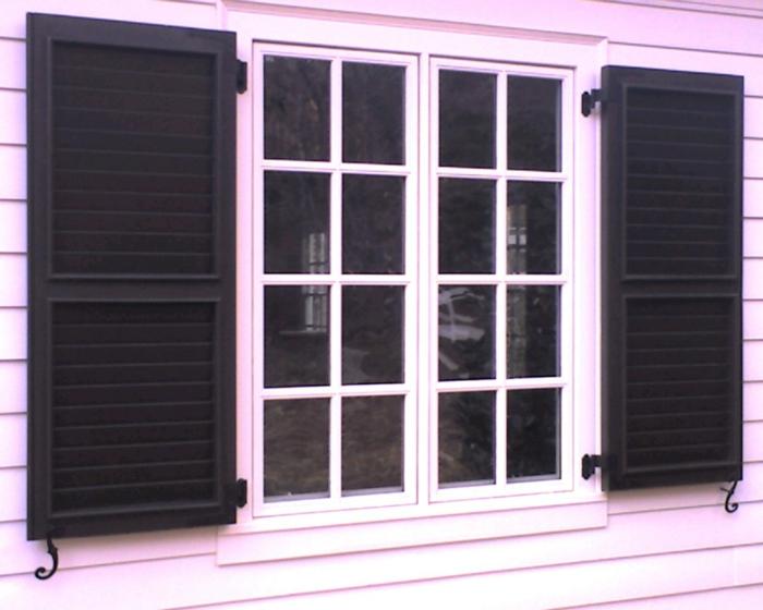 rosa-Fassade-Fensterrahmen-schwarze-Läden