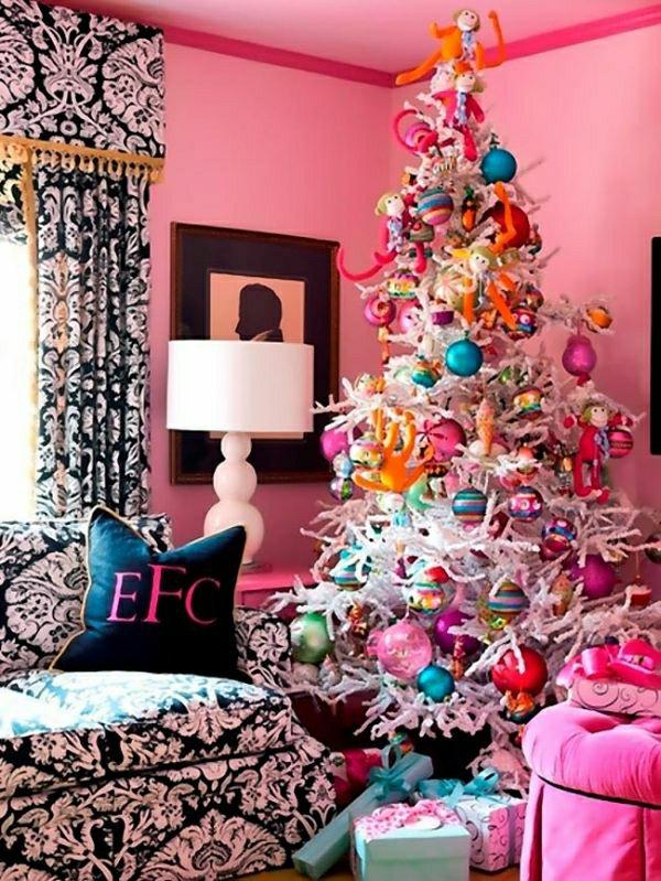 rosa-Wände-kokettes-Interieur-weisser-Tannenbaum-viele SPielzeuge