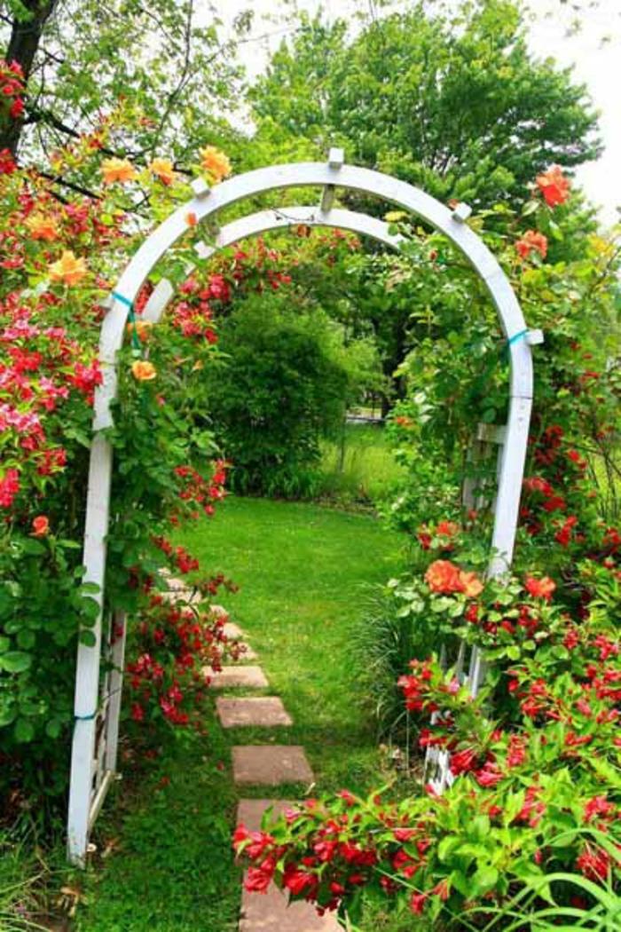 rosenbogen-aus-holz-gras-in-grün-tolles-bild
