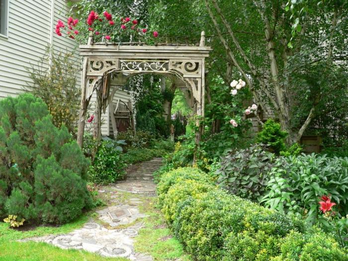 rosenbogen-aus-holz-gras-in-grün