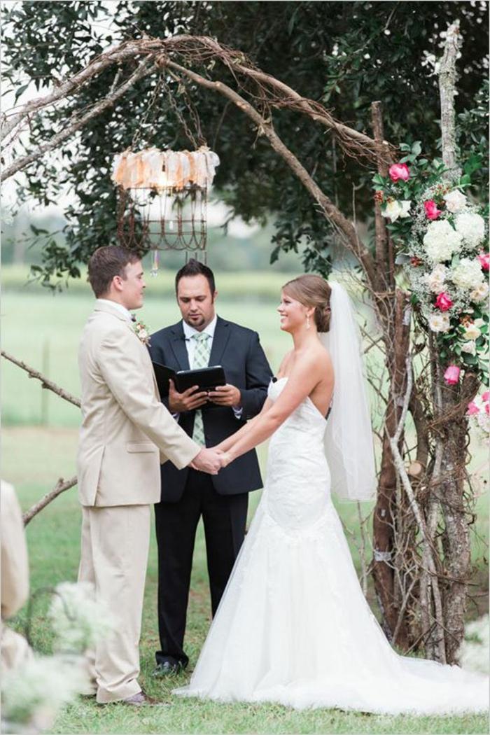 rosenbogen-aus-holz-heirat-machen-super-schönes-foto